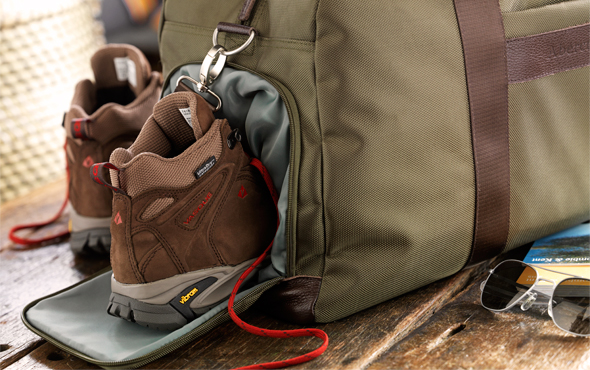 A&K - Duffel An expendable side pocket, perfect for stowing shoes and other bulky items